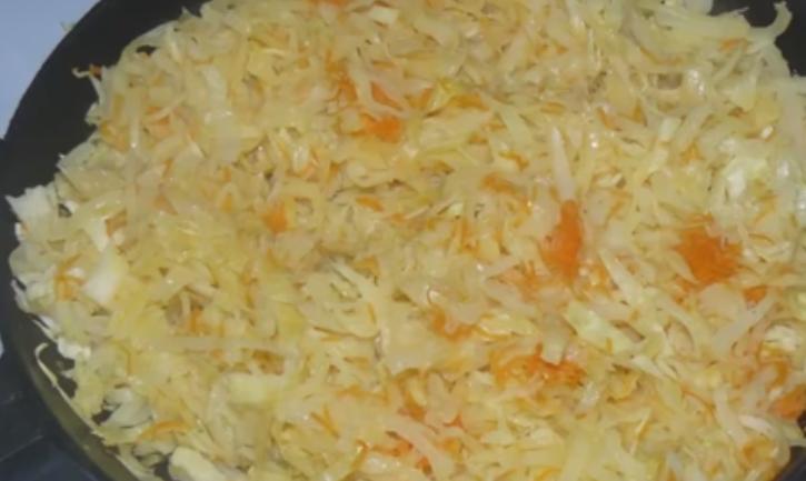 капуста жареная на сковороде с сосисками