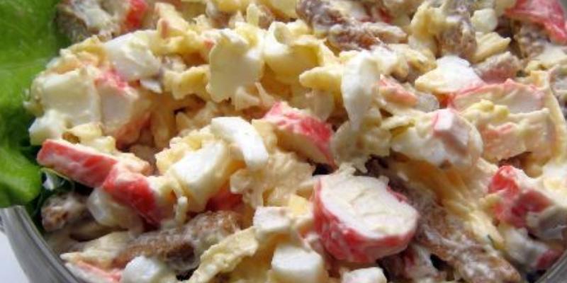 Салат с твердым сыром и крабовыми палочками