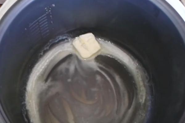 Яблочный пирог на молоке в мультиварке