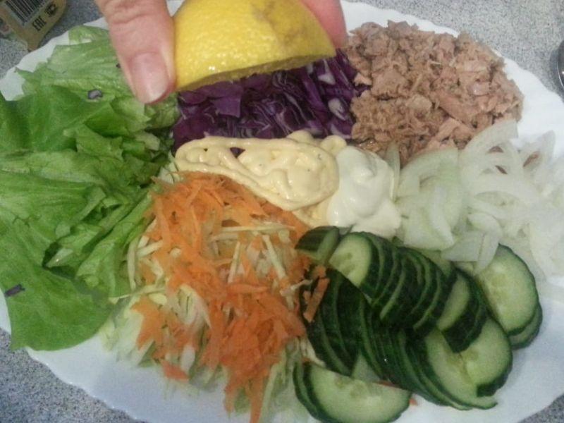 Фото рецепт салата с консервированным тунцом