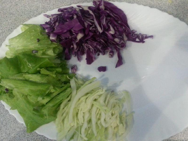 К салату шинкуем капусту (белую и красную)