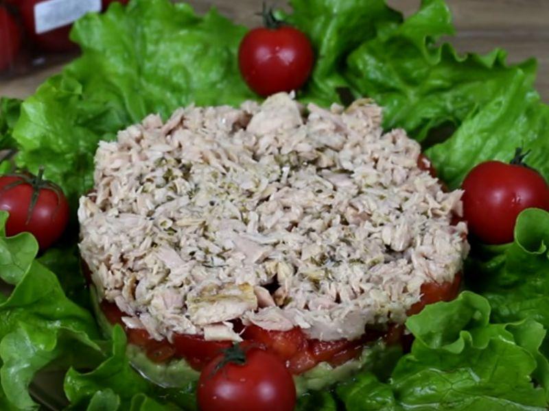 Слоёный салат с тунцом и авакадо