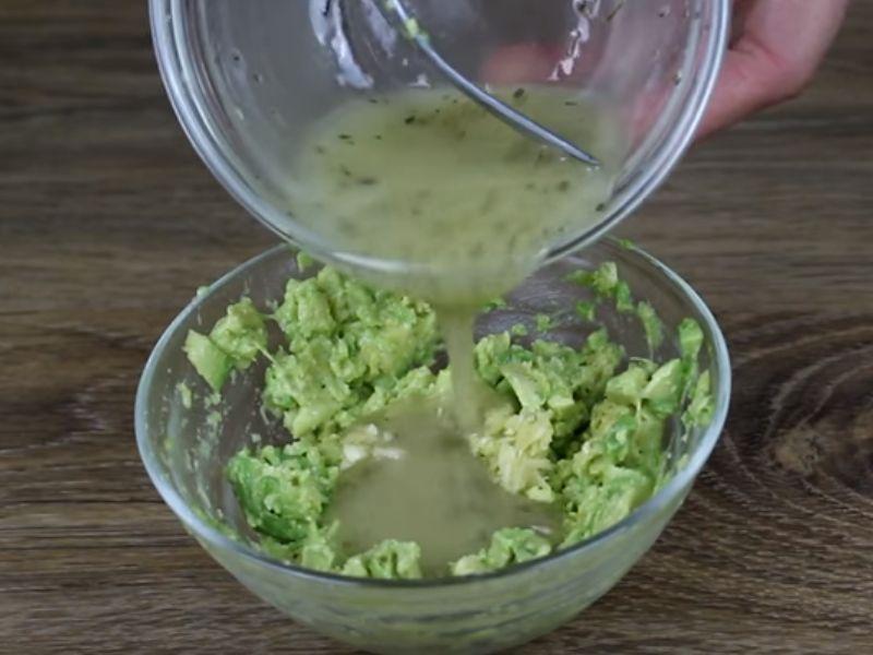 Авакадо, чеснок и 0,5 соуса перемешиваем