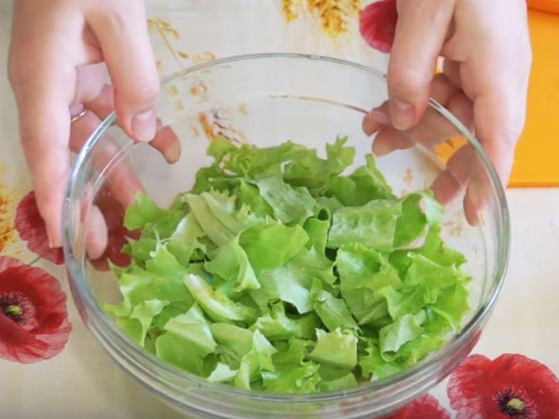 Рвём листья салата