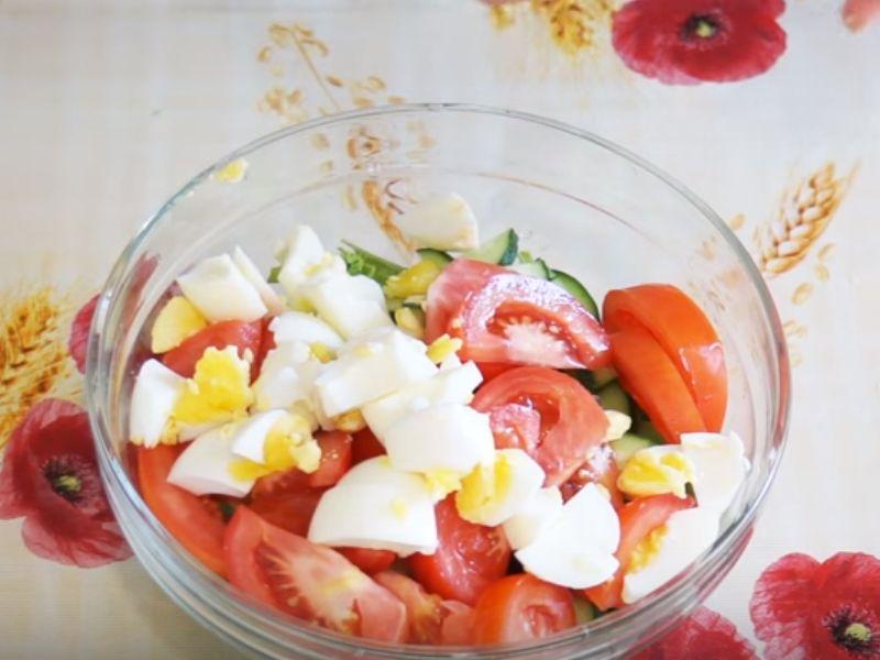 Добавляем к салату огурцы, помидоры, яйца