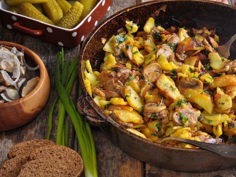 Картошка жареная с грибами на сковороде