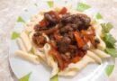 Куриные сердечки тушёные с овощами на сковороде